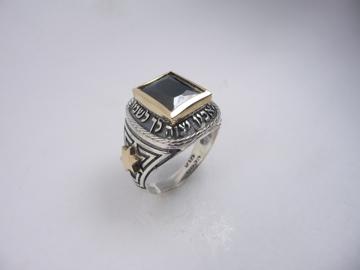 תמונה של טבעת כסף בשילוב זהב עם הכיתוב כי מלאכיו בשיבוץ אוניקס |