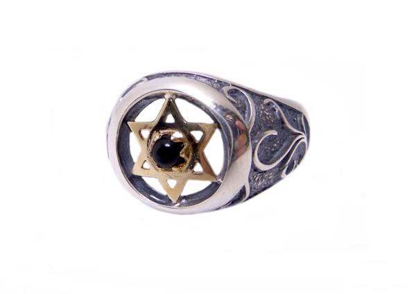 """תמונה של טבעת כסף בשילוב מג""""ד מזהב עם עיטורים סביב  """