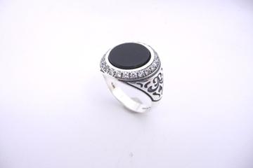 תמונה של טבעת כסף משובצת אוניקס בשילוב זירקונים ועיטורים בצדדים  