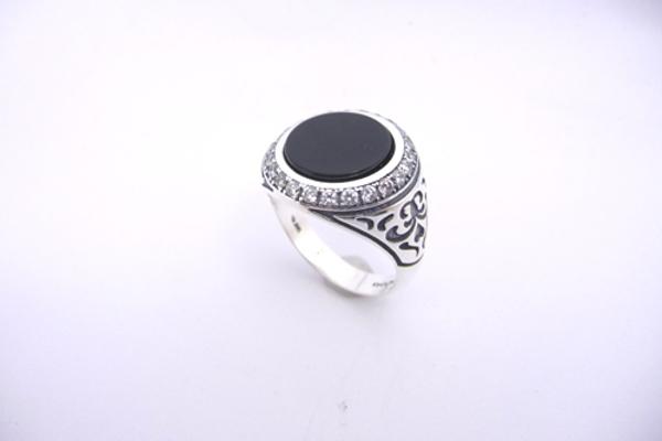 תמונה של טבעת כסף משובצת אוניקס בשילוב זירקונים ועיטורים בצדדים |