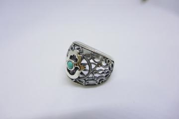 תמונה של טבעת כסף תחרה בשילוב חמסה ואבן עין החתול  