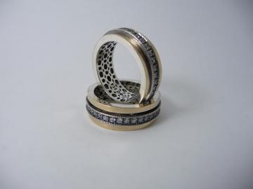 תמונה של טבעת מסתובבת כסף בשילוב זהב עם פס שיבוץ זירקונים שחורים |