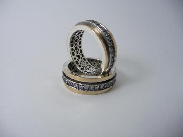 Picture of טבעת מסתובבת כסף בשילוב זהב עם פס שיבוץ זירקונים שחורים  